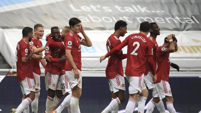 Para pemain Manchester United merayakan gol Aaron Wan-Bissaka pada pertandingan sepak bola Liga Utama Inggris antara Newcastle United dan MU di St.James 'Park di Newcastle, Inggris, Sabtu, 17 Oktober 2020. (Owen Humphreys / PA melalui AP)