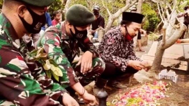 VIVA Militer : Prajurit Yonif Raider 411/Pandawa Kostrad di makam nenek Sumiyati