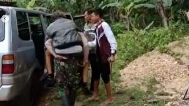 VIVA Militer: Mang Oyo dievakuasi prajurit TNI dari gunung.