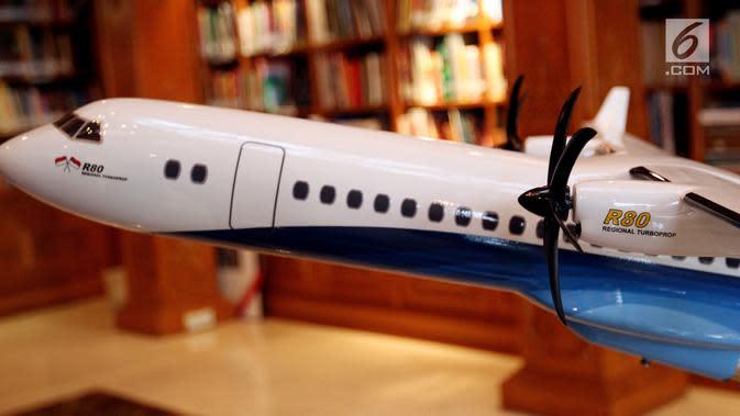 Bentuk replika Pesawat R80 yang dipamerkan saat penandatanganan Partneship Agreement dengan investor R80, Jakarta, Kamis (22/2). Perusahaan asal Italia tersebut adalah LEONARDO Aerostructures Division dan LAER. (Liputan6.com/JohanTallo)