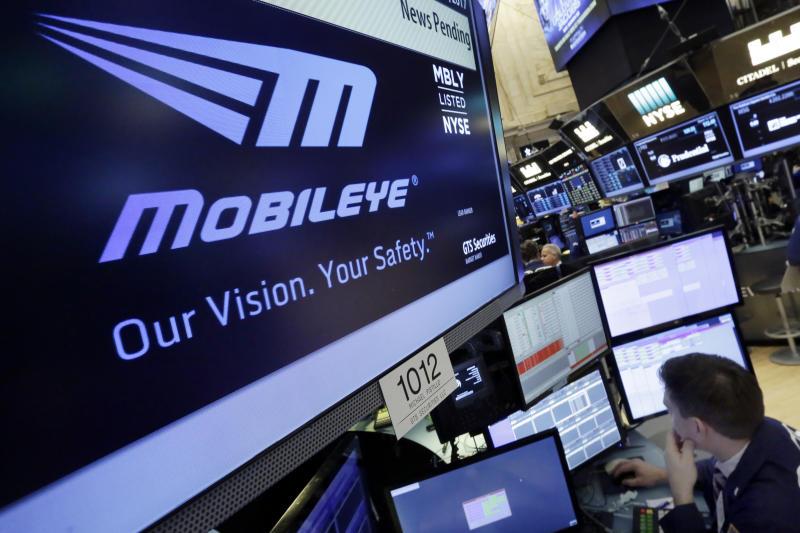 ARCHIVO - En imagen de archivo del 13 de marzo de 2017, el logotipo de Mobileye aparece en una pantalla durante las operaciones de la Bolsa de Valores de Nueva York. (AP Foto/Richard Drew, archivo)