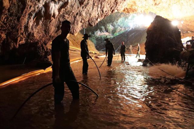 Los rescatadores trabajan en la cueva (AP).