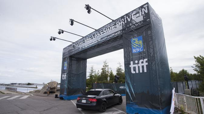 Sebuah mobil memasuki lokasi drive-in dalam ajang Toronto International Film Festival (TIFF) 2020 di Toronto, Kanada, 10 September 2020. TIFF 2020 akan menyajikan 50 film feature baru, lima program film pendek, serta bincang-bincang interaktif. (Xinhua/Zou Zheng)