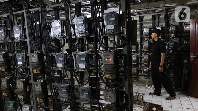 Petugas memeriksa meteran listrik di Rumah Susun Benhil, Jakarta, Kamis (28/11/2019). Pemerintah akan melakukan penyesuaian tarif listrik golongan Rumah Tangga Mampu (RTM) 900 VA pada 1 Januari 2020, kenaikan tarif listrik diperkirakan mencapai Rp29.000 per bulan. (Liputan6.com/Herman Zakharia)