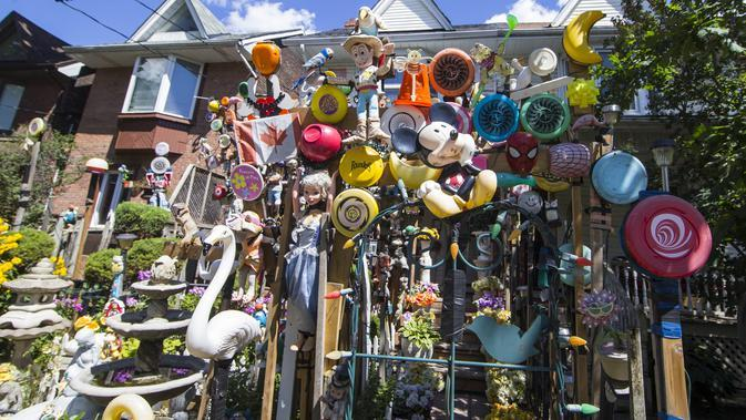 Sebuah rumah yang dihias dengan berbagai boneka dan mainan terlihat di Toronto, Kanada (19/8/2020). Memamerkan ratusan boneka, boneka binatang, dan lainnya, rumah di sebuah permukiman yang mendapat julukan Rumah Boneka ini menarik banyak pengunjung. (Xinhua/Zou Zheng)