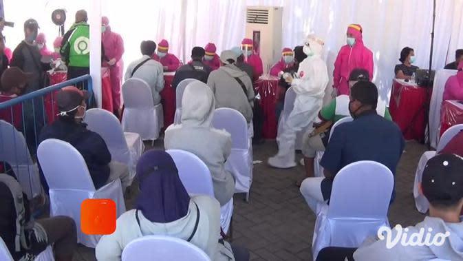 VIDEO: Antusias Warga Surabaya Ikuti Rapid Test Gratis, Lupa Terapkan Jaga Jarak