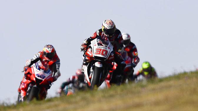 Pembalap Tim LCR Honda, Takaaki Nakagami, memimpin balapan MotoGP Aragon, Spanyol, Minggu (18/10/2020). Alex Rins berhasil finis pertama dengan catatan waktu 41 menit, 54,391 detik. (AP Photo/Jose Breton)