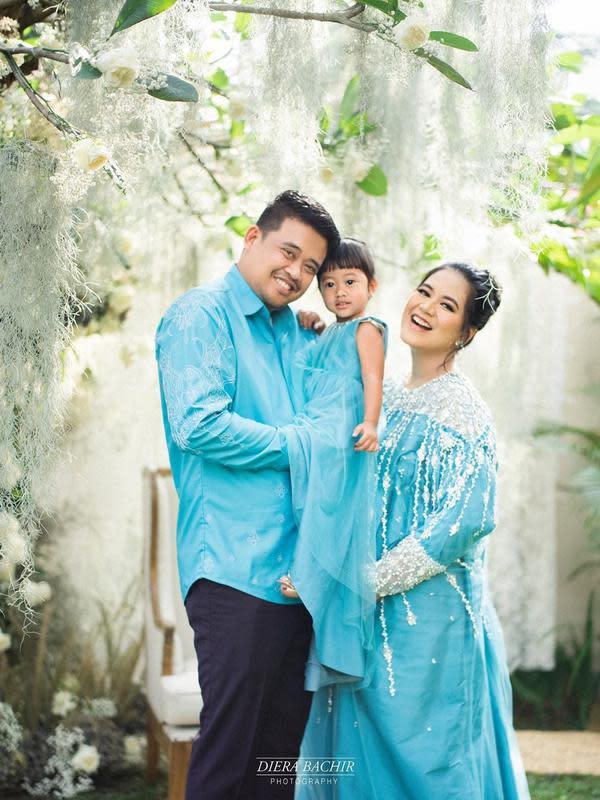 Dalam pemotretan kehamilan tersebut, Kahiyang, Bobby dan Sedah tampak tampil senada dalam balutan busana warna biru muda. (Instagram/dierabachir)