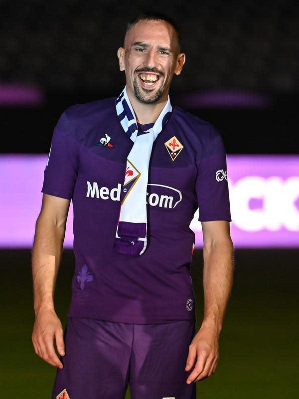 Gelandang baru Fiorentina, Frank Ribery tersenyum saat diperkenalkan resmi di Florence, Italia (22/8/2019). Ribery didapat Fiorentina dengan gratis. Ribery tak memiliki klub setelah tidak memperpanjang kontraknya dengan Bayern Munchen. (AFP Photo/Andreas Solaro)