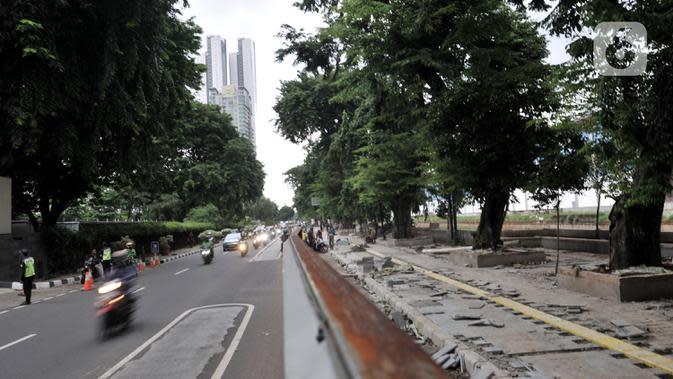 Aktivitas pekerja dari Dinas Sumber Daya Air saat menyelesaikan proyek revitalisasi trotoar di Jalan RM Margono Djojohadikoesoemo, Jakarta, Kamis (16/1/2020). Revitalisasi trotoar sepanjang 300 meter ini ditargetkan rampung pada akhir Februari 2020 mendatang. (merdeka.com/Iqbal Nugroho)