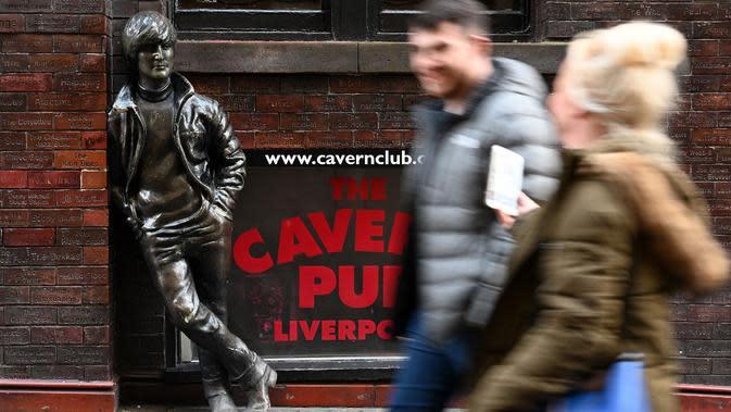 Patung John Lennon di luar Cavern Pub, Liverpool (7/10/2020). (AFP/Paul Ellis)