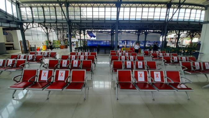 PT KAI Daop 6 Yogyakarta menerapkan social distancing untuk mencegah penyebaran virus corona di Stasiun Purworsari Solo, Sabtu (21/3).(Liputan6.com/Fajar Abrori)