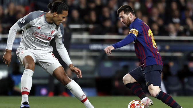 Duel Virgil van Dijk melawan Lionel Messi saat Liverpool bertandang ke markas Barcelona, Camp Nou, dalam laga leg pertama semifinal Liga Champions, Kamis dini hari WIB (2/5/2019). (AP/Joan Monfort)