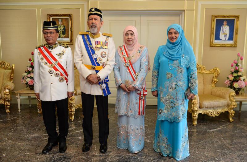 Datuk Seri Mohd Shafie Apdal, Tun Juhar Mahiruddin, Toh Puan Norlidah Jasni and Datin Seri Shuryani Shuaib pose for pictures following the Sabah governor's swearing-in ceremony at Istana Negeri in Kota Kinabalu January 1, 2018. — Bernama pic