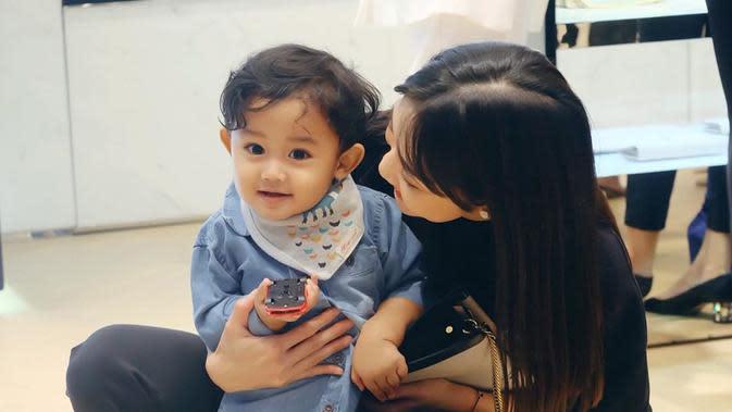 Momen-momen Ririn Dwi Ariyanti Mengasuh Anak. (Sumber: Instagram @ririndwiariyanti)