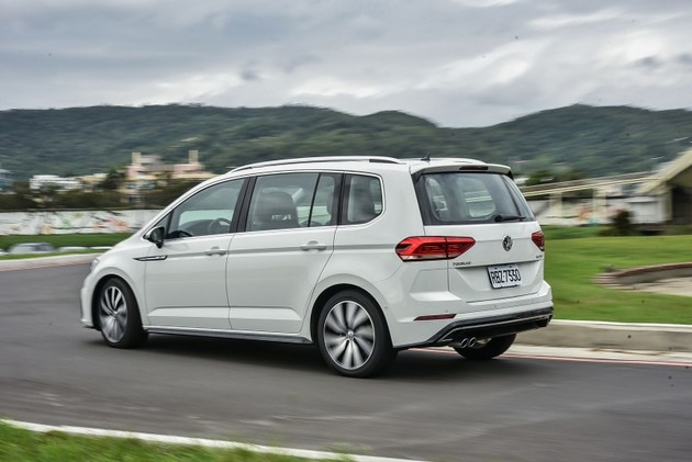 拿空間與運動外型作文章! Volkswagen Touran 330 TDI R-Line試駕