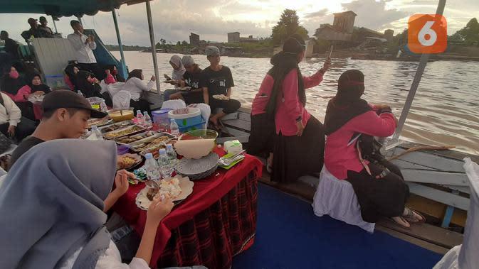 Pilihlah waktu sore saat memesan restoran terapung agar suasana senja pedalaman Kalimantan bisa dinikmati dari tengah sungai.