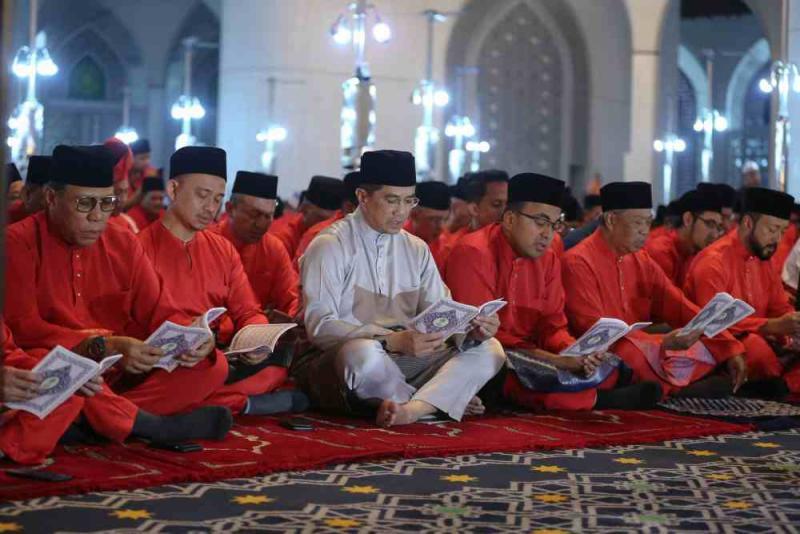 Datuk Seri Azmin Ali joins the prayer and yasin recitation event commemmorating Parti Pribumi Bersatu Malaysia's third anniversary, September 12, 2019. ― Pictures by Yusof Mat Isa