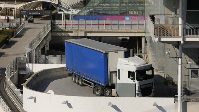 Truk pengangkut barang terlihat di luar pusat pameran ExCeL, London, Inggris (25/3/2020). Menkes Inggris Matt Hancock mengungkapkan bahwa rumah sakit sementara akan didirikan di gedung ExCeL, sebuah pusat pameran di London timur, dengan kapasitas hingga 4.000 pasien. (Xinhua/Tim Ireland)