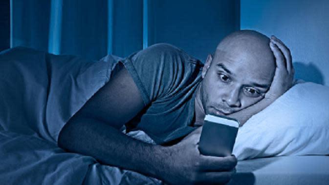 Ilustrasi main ponsel sebelum tidur (iStock)