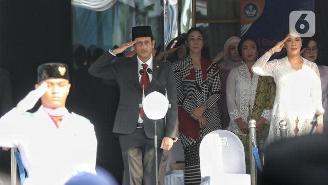 Mendikbud Nadiem Makarim memimpin Upacara Peringatan HUT PGRI ke-74 dan Hari Guru Nasional 2019 di Kemendikbud, Jakarta, Senin (25/11/2019). Upacara diikuti oleh guru, siswa-siswi dan mahasiswa dan Nadiem Makarim memimpin selaku pembina upacara. (Liputan6.com/Johan Tallo)