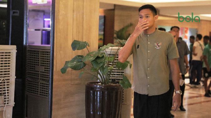 Bek Timnas Indonesia U-22, Andy Setyo Nugroho, sebelum menunaikan ibadah salat Jumat di Harrison Plaza, Manila, Jumat (29/11/2019). (Bola.com/Muhammad Iqbal Ichsan)