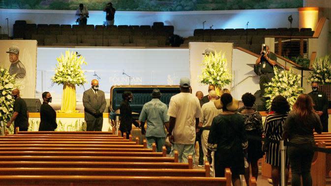 Para pelayat memberi penghormatan terakhir untuk George Floyd di Gereja Fountain of Praise, Houston, Amerika Serikat, Senin (8/6/2020). Memakai kualitas tertinggi, peti mati George Floyd berlapis emas 24 karat. (Xinhua/Steven Song)