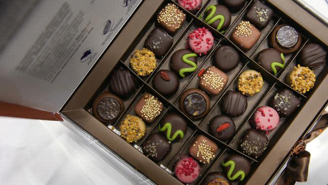 Kotak berisi cokelat terlihat di Pameran Cokelat Brussel, Belgia (13/2/2020). Dalam tiga hari ke depan, beberapa acara disiapkan untuk pengunjung dari segala usia, termasuk demo resep para koki dan pembuat cokelat hebat, serta pelajaran mencicipi dan membuat pastri. (Xinhua/Zhang Cheng)