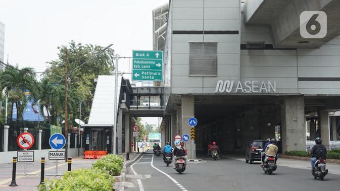 Suasana Stasiun MRT ASEAN yang sepi karena ditutup di Jakarta, Senin (20/4/2020). PT MRT Jakarta (Perseroda) membatasi operasional MRT pada Stasiun Haji Nawi, Stasiun Blok A, dan Stasiun ASEAN mulai Senin 20 April 2020. (Liputan6.com/Immanuel Antonius)