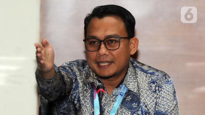 Juru Bicara KPK, Ali Fikri memberikan keterangan terkait OTT di Sidoarjo di Gedung KPK, Jakarta, Rabu (8/1/2020). Keenam tersangka tersebut adalah Sidoarjo Saiful Ilah, Sunarti Setyaningsih, Judi Tetrahastoto, Sanadjihitu Sangadji dan Ibnu Ghopur dan Totok Sumedi. (merdeka.com/Dwi Narwoko)
