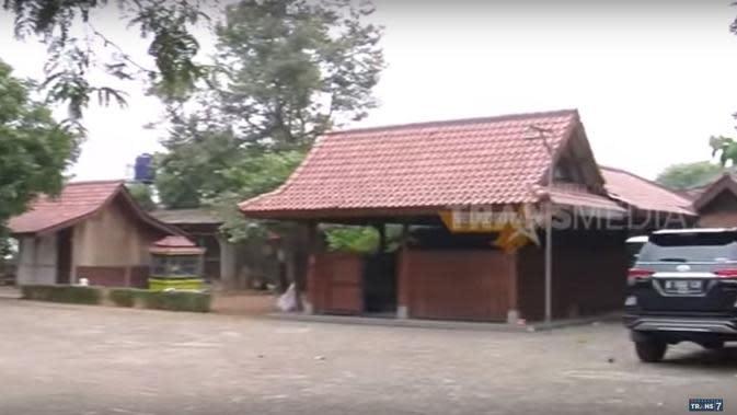 Rumah komedian Mandra. (Youtube via TRANS7 OFFICIAL)