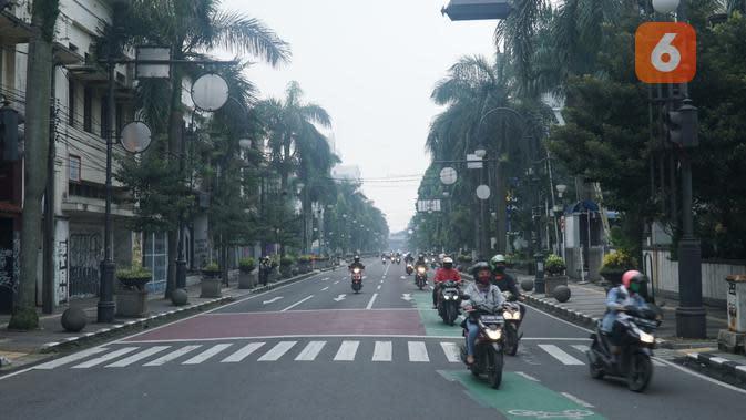 Suasana lalu lintas di Jalan Asia Afrika, Kota Bandung, ramai lancar di hari pertama pembatasan sosial berskala besar (PSBB), Rabu (22/4/2020). (Liputan6.com/Huyogo Simbolon)