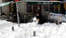 西班牙半世紀最大暴雪!醫護冒寒風「徒步22公里」趕著救命