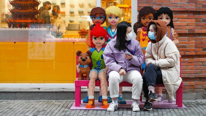 Orang-orang bersantai di sebuah jalan kawasan perniagaan di Wuhan, Provinsi Hubei, China tengah, pada 30 Maret 2020. Jalan-jalan kawasan perniagaan di Wuhan kembali ramai seiring meredanya wabah COVID-19. (Xinhua/Shen Bohan)
