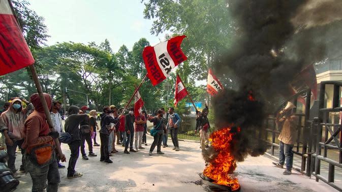 Demo Tolak UU Cipta Kerja, Ratusan Mahasiswa Kepung Puspemkot Tangerang