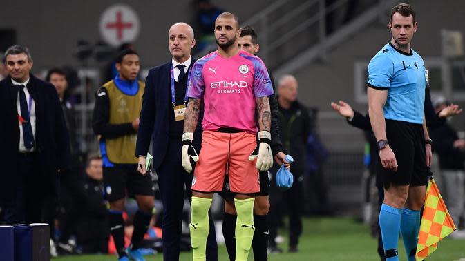 7. Kyle Walker (Manchester City Vs Atalanta, 2019) - Akibat melanggar Josip Ilicic, Claudio Bravo mendapat kartu merah yang membuatnya ditunjuk sebagai pengganti. Dirinya mampu mengamankan free kick dari Alejandro Gomez. (AFP/Marco Bertorello)