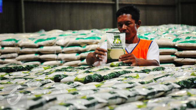 Pekerja tengah menata gula pasir di Gudang Bulog Jakarta, Selasa (14/2). Kemendag menyatakan, penetapan harga eceran tertinggi (HET) gula kristal putih sebesar Rp12.500 per kilogram akan dilakukan pada bulan Maret 2017. (Liputan6.com/Angga Yuniar)