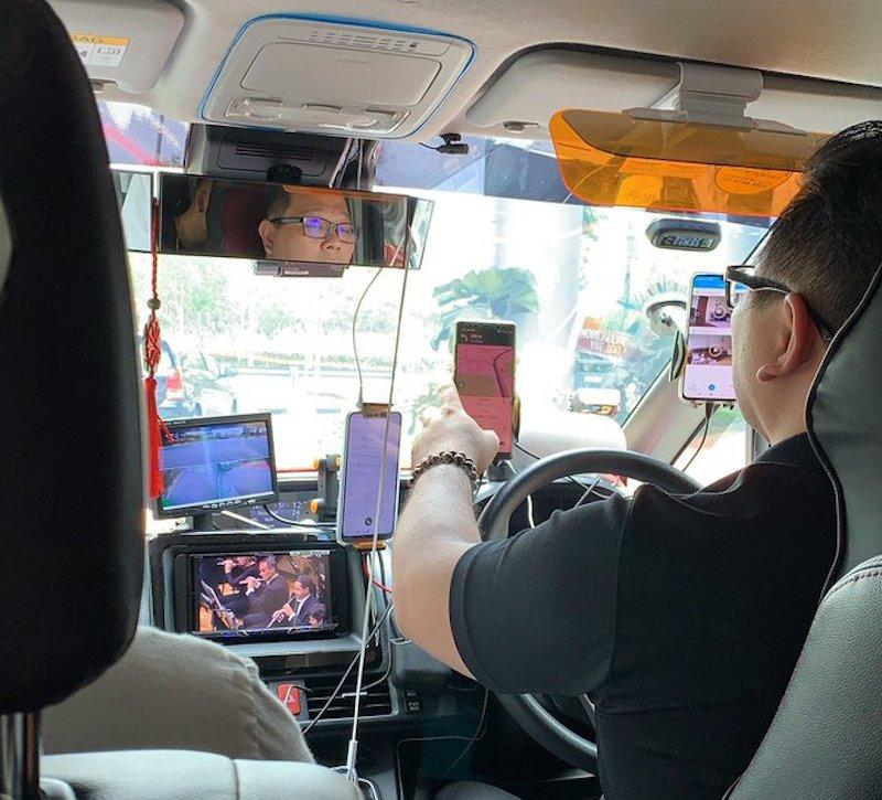 The driver even had a mobile screen playing a live symphony while he was behind the wheel. — Twitter/Harvinth Skin