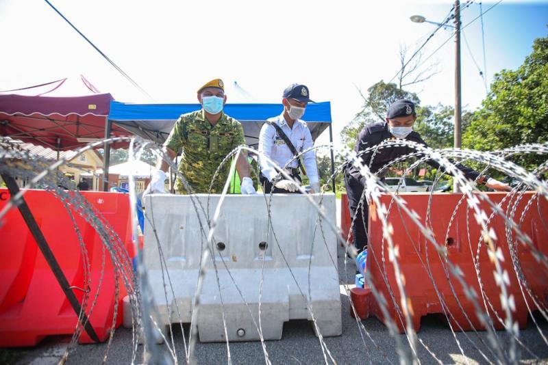 Police and RELA personnel man a roadblock in Sungai Lui, Hulu Langat on April 1, 2020. — Picture by Hari Anggara