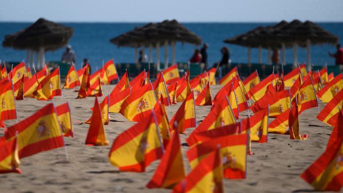 Ribuan bendera Spanyol yang mewakili korban COVID-19 di negara itu dipasang di pantai Patacona, Valencia, Minggu (4/10/2020). Virus corona di Spanyol sejauh ini telah merenggut lebih dari 32.000 nyawa dan 790.000 kasus terkonfirmasi dengan tingkat infeksi tertinggi di Uni Eropa. (Jose Jordan/AFP)