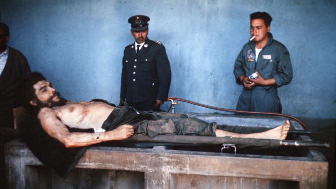 Berkas foto yang diambil pada 10 Oktober 1967 menunjukan jenazah Che Guevara terbaring di sebuah tempat cuci piring di Valle Grande, Bolivia. Sebelum tewas Guevara tertangkap oleh tentara suruhan Presiden Bolivia Rene Barrientos. (AFP Photo/Marc Hutten)
