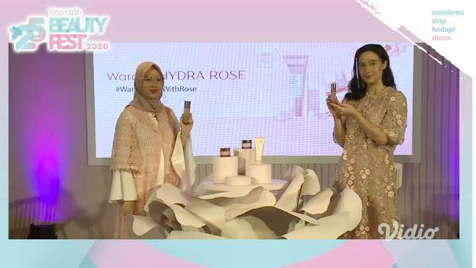 Brand Manager of Wardah Face Care, Riva Malida Fadilah dan Brand Manager of Tatjana Saphira meluncurkan Signature Series Wardah Hydra Rose.