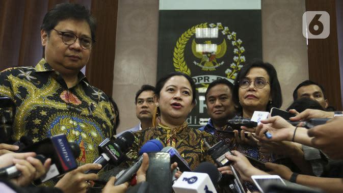 Ketua DPR Puan Maharani (tengah) bersama Menko Perekonomian Airlangga Hartarto (kiri) dan Menkeu Sri Mulyani (kanan) memberikan keterangan usai penyerahan draft RUU Omnibus Law di Kompleks Parlemen, Senayan, Jakarta, Rabu (12/2/2020). (Liputan6.com/Johan Tallo)