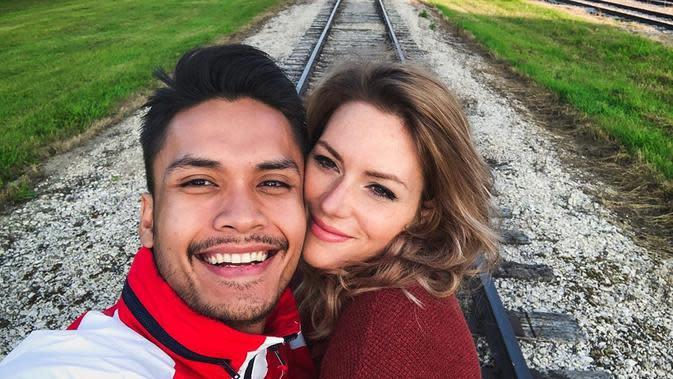 Sebelum menjadi pasangan suami istri, Randy Panggalila dan Chelsey sempat menjalin hubungan jarak jauh. Setelah nikah, Chelsey sudah mendapat izin tinggal di Indonesia. (Instagram/randpunk)