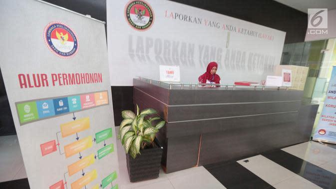 Seorang petugas berjaga di meja resepsionis gedung Lembaga Perlindungan Saksi dan Korban (LPSK), Jakarta, Kamis (6/9). Gedung khusus untuk kantor LPSK ini diharapkan dapat memaksimalkan kinerja lembaga tersebut. (Liputan6.com/Faizal Fanani)