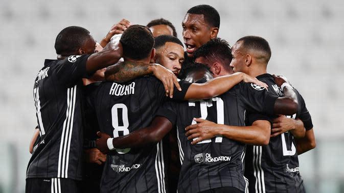 3. Olympique Lyon - Lyon membuat kejutan besar usai berhasil menyingkirkan jawara Serie A, Juventus di babak 16 besar Liga Champions. Memphis Depay cs melaju ke babak perempat final dengan hanya unggul agresifitas gol tandang. (AFP/Miguel Medina)