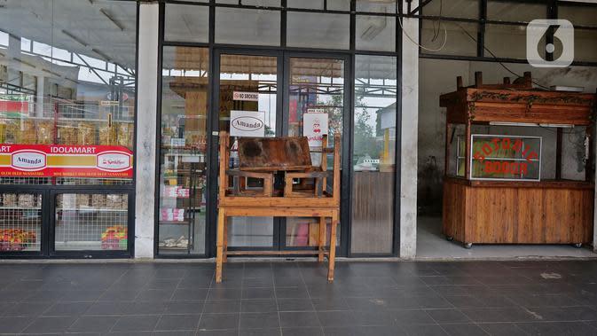 Sebuah toko yang tutup di rest area KM 62 tol Jakarta Cikampek, Jawa Barat, Kamis (28/5/2020). Larangan mudik Idul Fitri 1441 H dan ketatnya keluar masuk kendaraan di sejumlah daerah berimbas pada penurunan pendapatan para penjual di rest area tersebut. (Liputan6.com/Herman Zakharia)