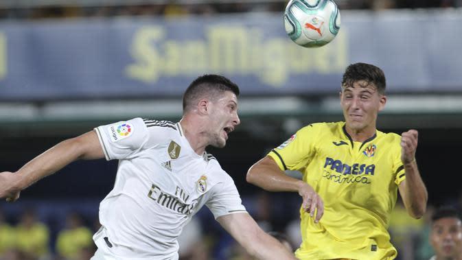 Striker Real Madrid, Luka Jovic melakukan duel udara melawan pemain Villarreal, Pau Torres. (AP Photo/Alberto Saiz)