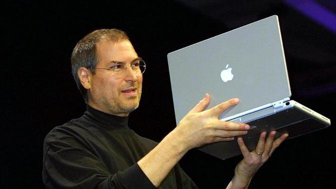 Steve Jobs memamerkan G4 Powerbook pada tahun 2001. Foto diambil pada Januari 2001 saat pameran MacWorld Expo di San Francisco,California (AFP PHOTO/John G. MABANGLO)