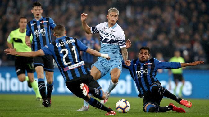 Striker Lazio, Joaquin Correa, berusaha melewati pemain Atalanta pada laga Coppa Italia 2019 di Stadion Olympic, Roma, Rabu (15/5). Lazio menang 2-0 atas Atalanta. (AFP/Isabella Bonotto)